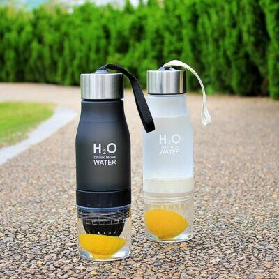 H2O 650ml-es BPA mentes műanyag kulacs gyümölcs facsaróval fekete színben